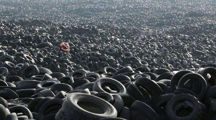 Une mer infinie des pneus